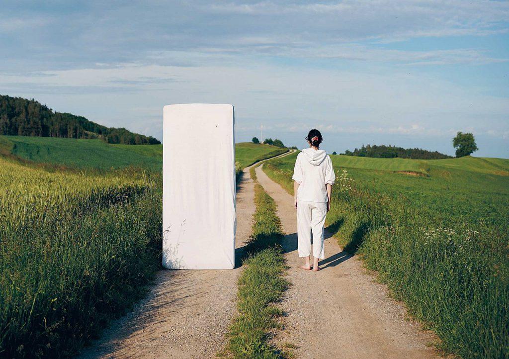"""Anne Glassner – """"Spaziergang mit Matratze"""""""